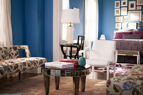 They Took A Chance With The Paint Colour In Carrie S Apartment And It Worked Benjamin Moore Electric Blue